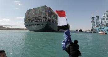 """Hai thế giới đối lập khi kênh đào Suez """"thất thủ"""""""