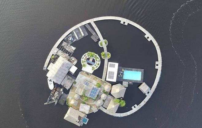 """Độc đáo resort trên """"đảo"""" làm từ rác thải nhựa"""