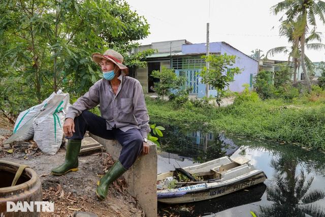 Ông lão điên hơn 3 năm đi vớt rác giữa dòng kênh đen - 13