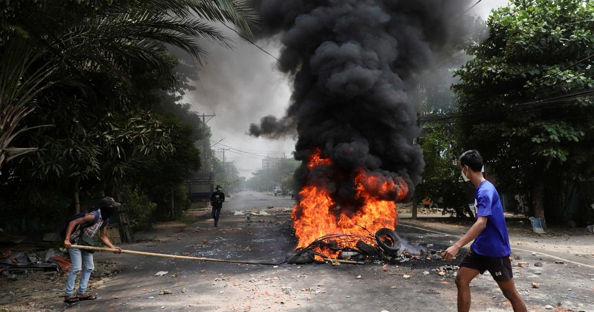 """Người tị nạn ùn ùn chạy về biên giới, trốn khỏi """"chảo lửa"""" Myanmar"""