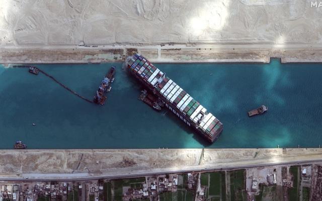 Số phận 3,5 tỷ USD hàng hóa trên siêu tàu bị bắt giữ vì bít kênh đào Suez - 1