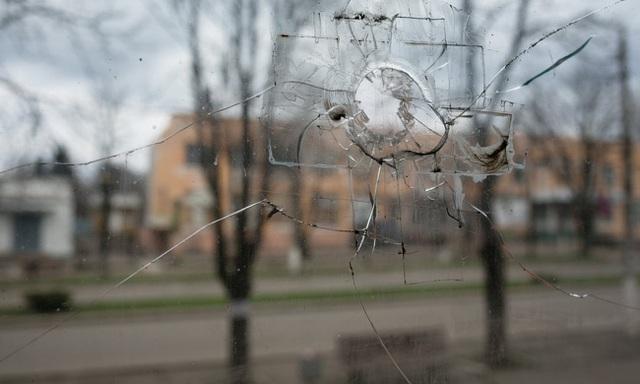 Thị trấn nằm dưới họng súng ở biên giới Ukraine - 1