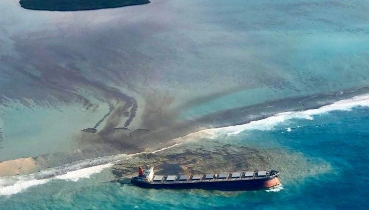 Tàu chở dầu xảy ra va chạm, dầu tràn ra biển Hoàng Hải