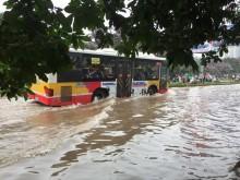 Hà Nội: Mưa kéo dài, đường biến thành... 'sông'