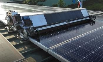 Robot lau pin mặt trời