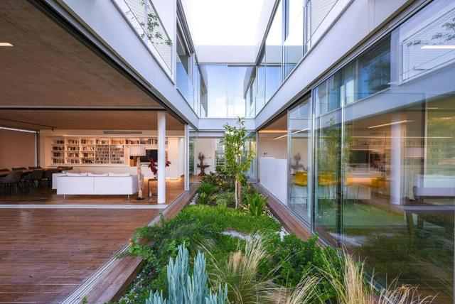 Ngôi nhà giữa thành phố có cả chục khu vườn lớn, nhỏ từ ngoài vào trong - 3