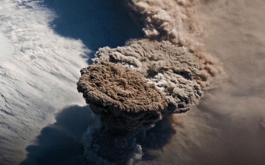 Cột tro bụi núi lửa cao 13 km nhìn từ không gian