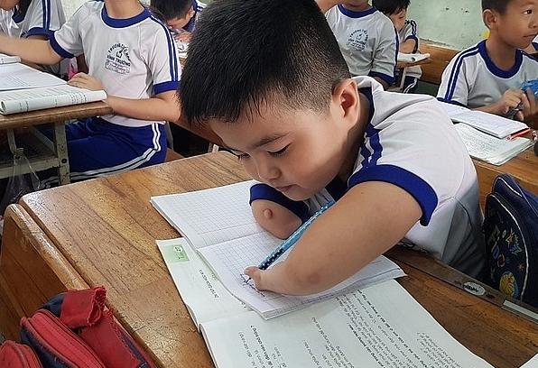 Nghị lực của cậu bé viết chữ bằng 3 ngón tay của bàn tay trái