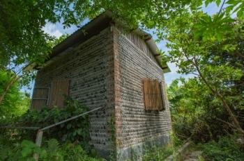 """Ngôi nhà được làm từ 9.000 vỏ chai nhựa """"độc"""" nhất ở Hà Nội"""
