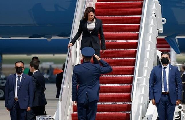 Chuyên cơ chở Phó tổng thống Mỹ hạ cánh khẩn cấp vì trục trặc