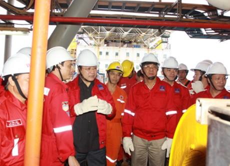 Phó Thủ tướng Hoàng Trung Hải thăm và làm việc tại giàn khoan dầu khí