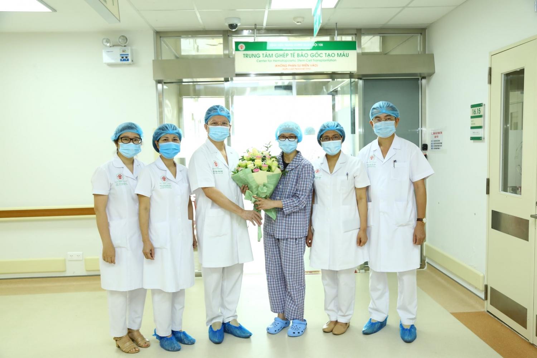 Bệnh nhân N.T.V.A xuất viện trong niềm vui mừng của các y, bác sĩ BV Trung ương quân đội 108.