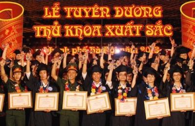 Hà Nội tôn vinh thủ khoa xuất sắc tốt nghiệp đại học