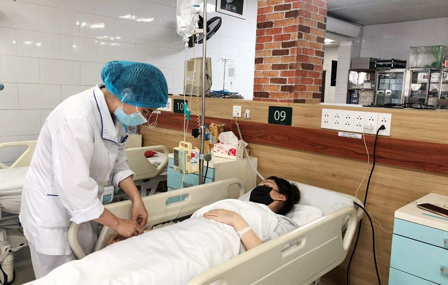 Một bệnh nhân lạm dụng thuốc paracetamol dẫn đến bị viêm gan phải điều trị tại Trung tâm Chống độc (Bệnh viện Bạch Mai). Ảnh: Thanh Mai