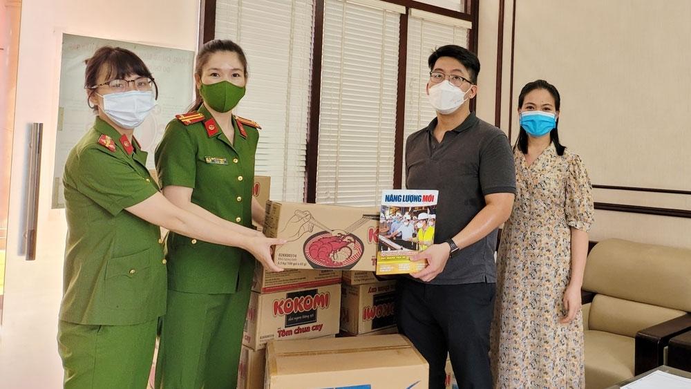 Tạp chí Năng lượng Mới đồng hành cùng Tập đoàn Masan trao quà cho tuyến đầu chống dịch