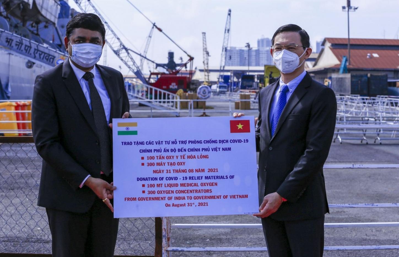 Việt Nam tiếp nhận thiết bị y tế của Chính phủ Ấn Độ trao tặng