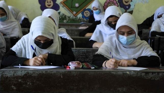 Taliban cấm nữ giới học trung học