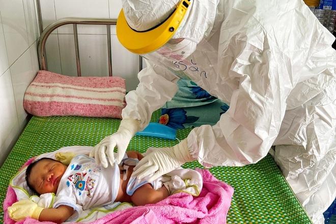 Bác sĩ gom từng giọt sữa giúp trẻ sơ sinh có mẹ F0