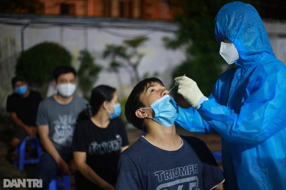 Theo các chuyên gia, việc TPHCM vẫn ghi nhận hàng ngàn ca mắc Covid-19 mỗi ngày không có gì bất thường, bởi dịch bệnh đã lây lan trong cộng đồng và ngành y tế vẫn đang tiến hành xét nghiệm trên diện rộng.