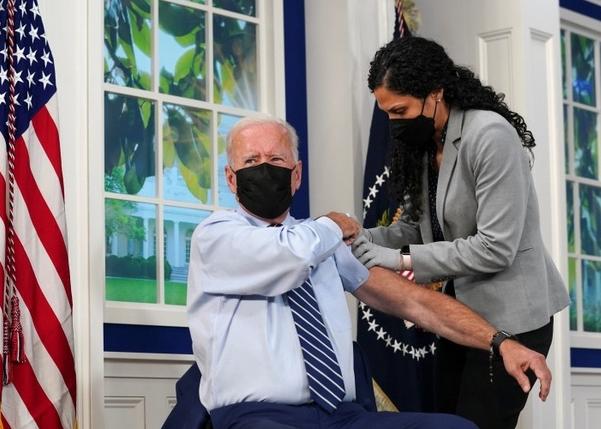 Tổng thống Mỹ Biden tiêm mũi vắc xin Covid-19 tăng cường