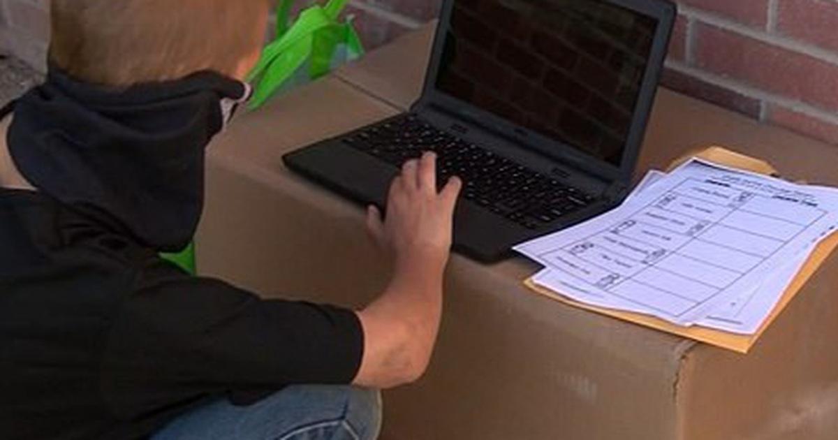 Không có Internet để học trực tuyến, sự nỗ lực của cậu bé này gây xúc động…