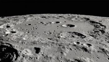 Lần đầu tiên tìm thấy nước trên bề mặt Mặt trăng
