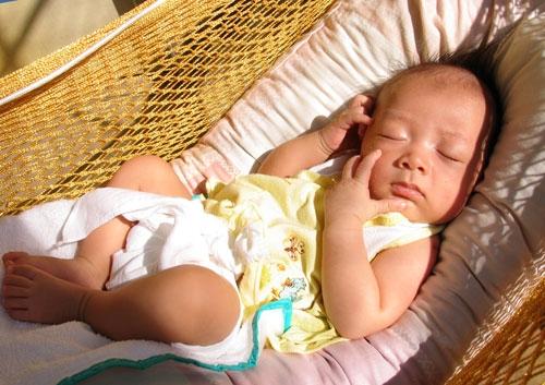 Trẻ em Việt Nam dễ mắc nhiều bệnh do... cớm nắng