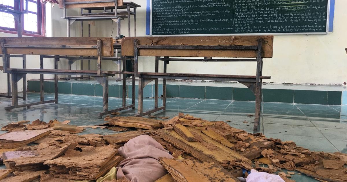 """""""Giáo viên, học sinh hết sức đau lòng khi toàn bộ bàn ghế đã hư hỏng"""""""