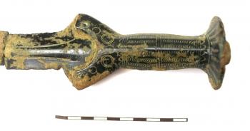 Bất ngờ tìm thấy kiếm cổ nghìn năm tuổi khi đi hái nấm