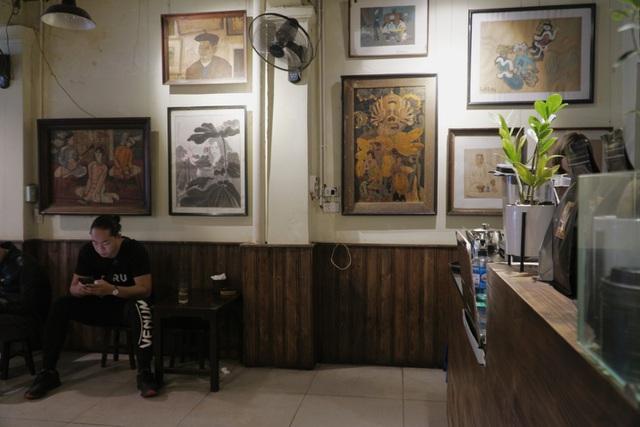 Quán cà phê Hà thành hút khách bởi những bức tranh vô giá - 2