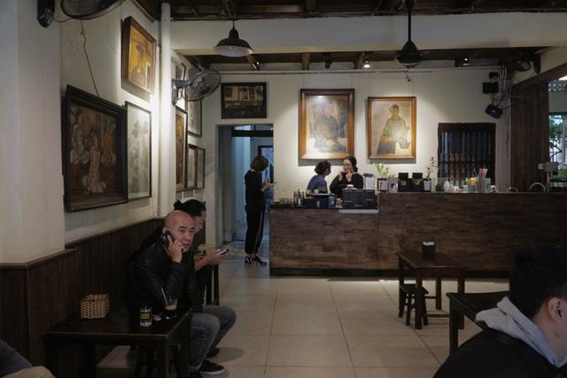 Quán cà phê Hà thành hút khách bởi những bức tranh vô giá - 3