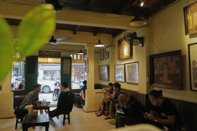 Quán cà phê Hà thành hút khách bởi những bức tranh vô giá - 5