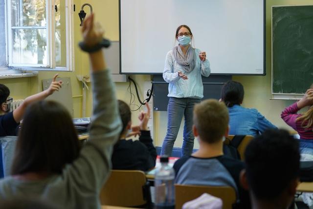 """Châu Âu: Trường học vẫn mở cửa giữa """"cơn sóng Covid-19 dâng cao - 3"""