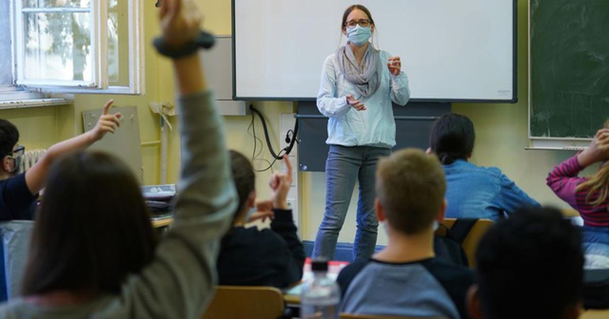 """Châu Âu: Trường học vẫn mở cửa giữa """"cơn sóng"""" Covid-19 dâng cao"""