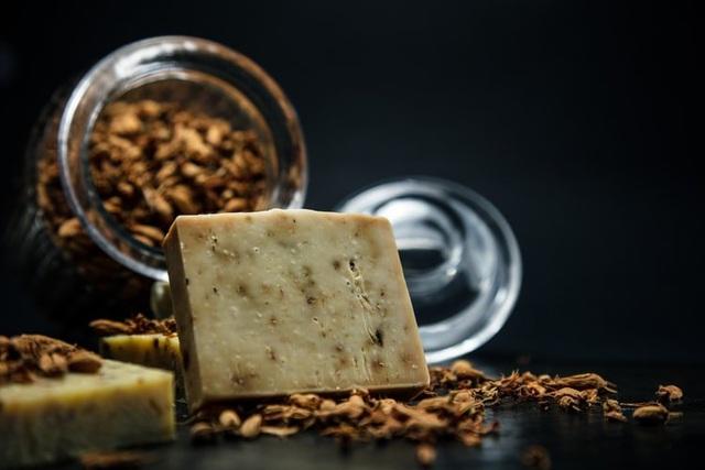Bánh xà phòng đắt nhất thế giới làm từ... vàng và bột kim cương - 1
