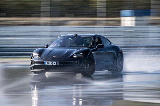 Porsche Taycan lập kỷ lục cú drift bằng xe điện dài nhất thế giới - 1
