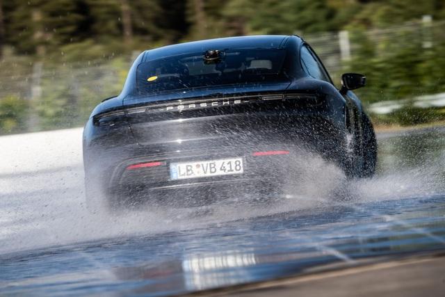 Porsche Taycan lập kỷ lục cú drift bằng xe điện dài nhất thế giới - 2