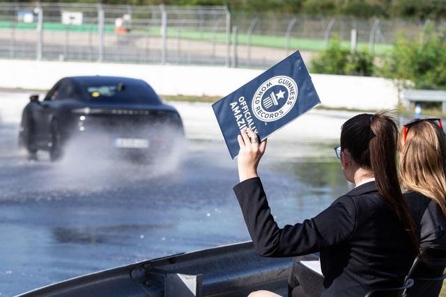 Porsche Taycan lập kỷ lục cú drift bằng xe điện dài nhất thế giới - 3
