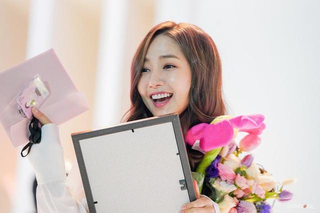 Thư ký Kim Park Min Young xinh đẹp và ngọt ngào - 2