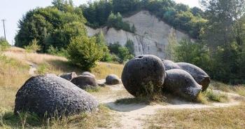 """Bí ẩn những """"viên đá sống"""" ở Romania"""