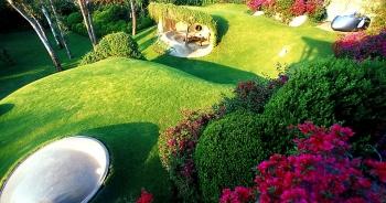 """Ngôi nhà lạ như hang động """"giấu mình"""" dưới cỏ xanh và hoa giấy rợp trời"""