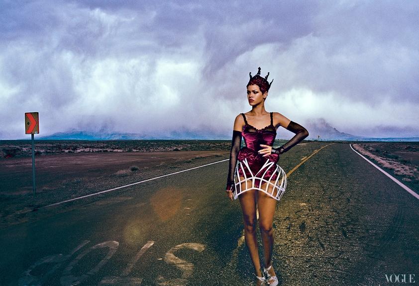 """""""Bỏng mắt"""" với hình ảnh mới của Rihanna trên tạp chí Vogue"""