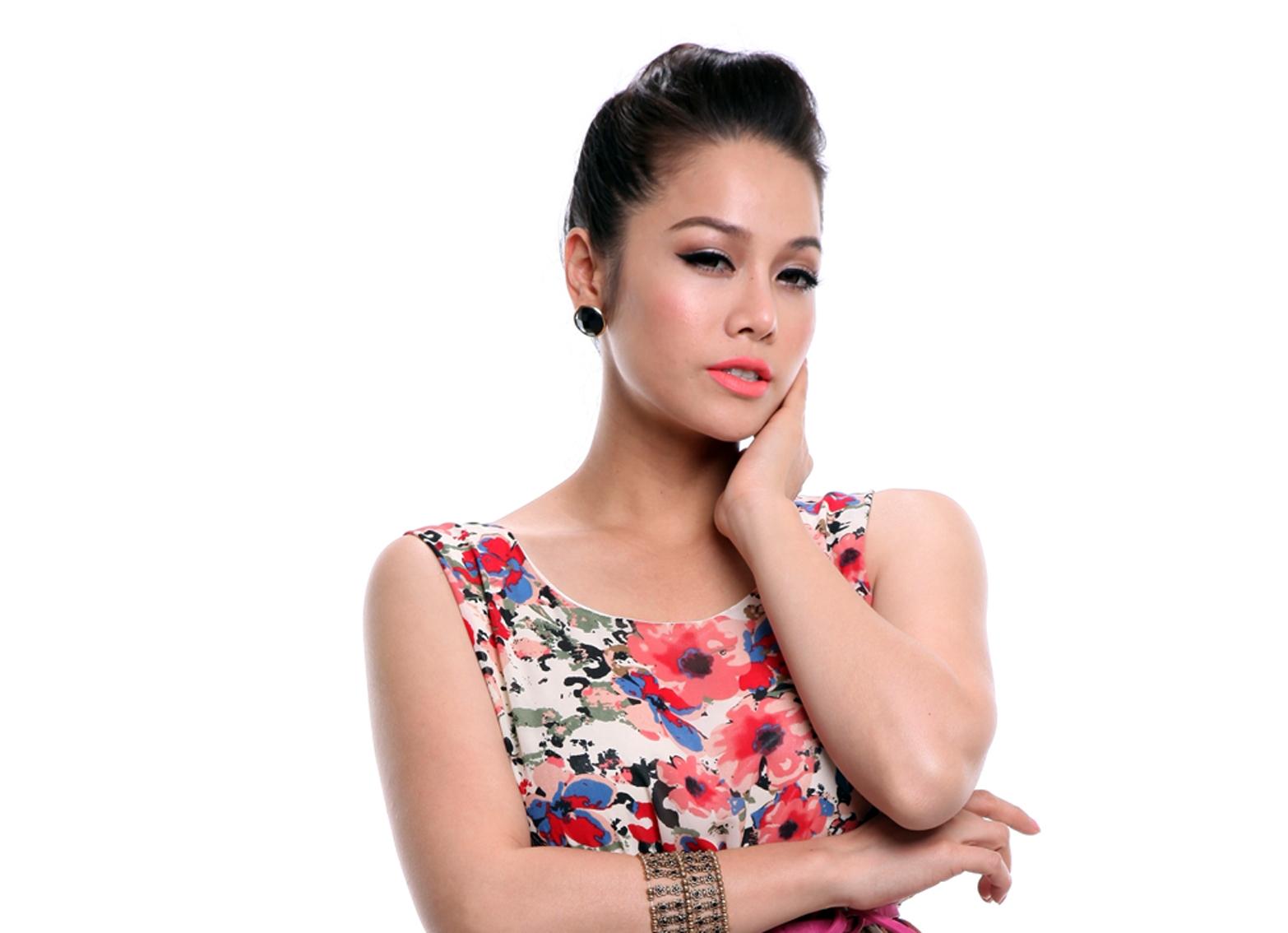 Nhật Kim Anh quyến rũ với váy hoa