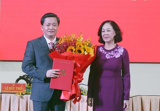 Đồng chí Trương Thị Mai trao quyết định và chúc mừng đồng chí Lê Đức Thọ.