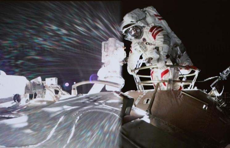 Thực hiện chuyến đi bộ ngoài không gian đầu tiên trên trạm Thiên Cung