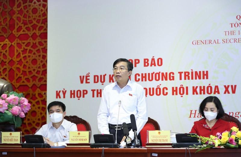 Phó chủ nhiệm Uỷ ban Kinh tế của Quốc hội Nguyễn Minh Sơn trả lời tại cuộc họp báo (Ảnh Duy Linh).
