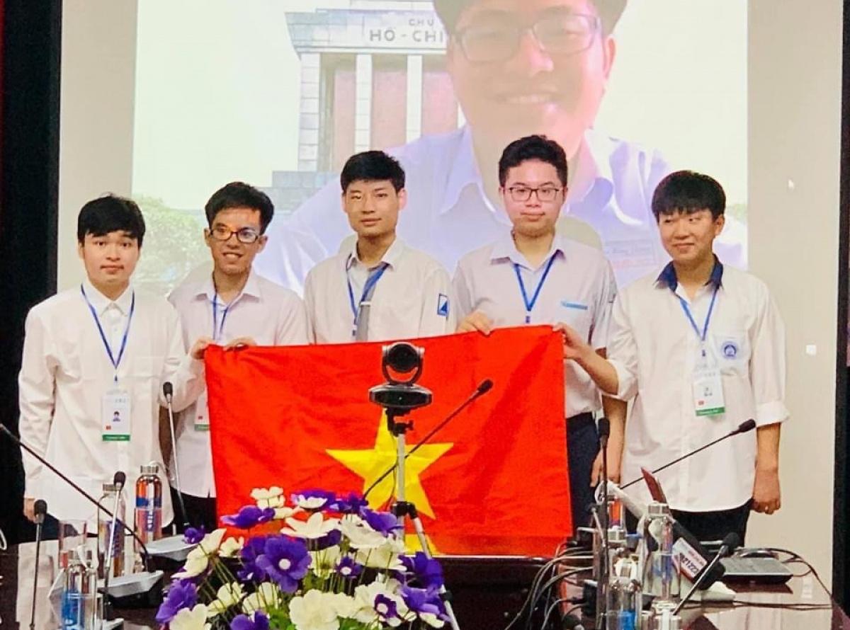 Khen thưởng học sinh Thủ đô đạt thành tích cao thi Olympic Toán và Vật lý quốc tế