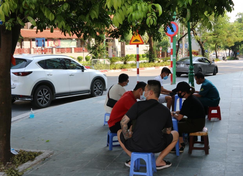 Hà Nội: Siết chặt kiểm soát giấy đi đường, tăng cường các chốt