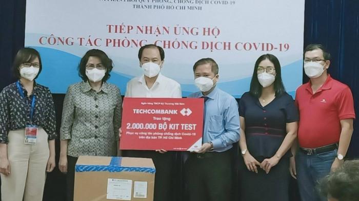 Đại diện lãnh đạo Techcombank trao tặng 2 triệu kit test Covid-19 cho UBND TP.HCM