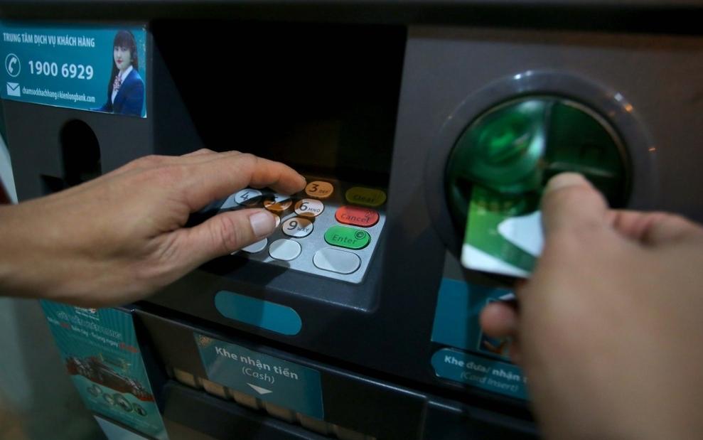 NHNN yêu cầu các ngân hàng giảm phí giao dịch